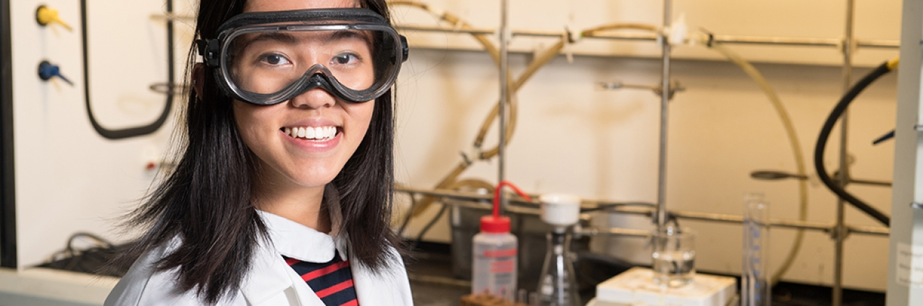 Leanne Tang '19 working in a science lab
